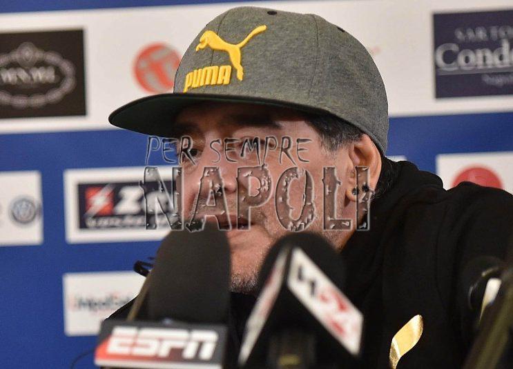 Maradona al San Carlo, show sul palco: