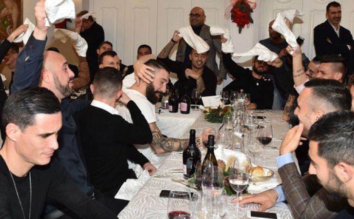 Cena di Natale, tra canti e risate: il buon umore c'è